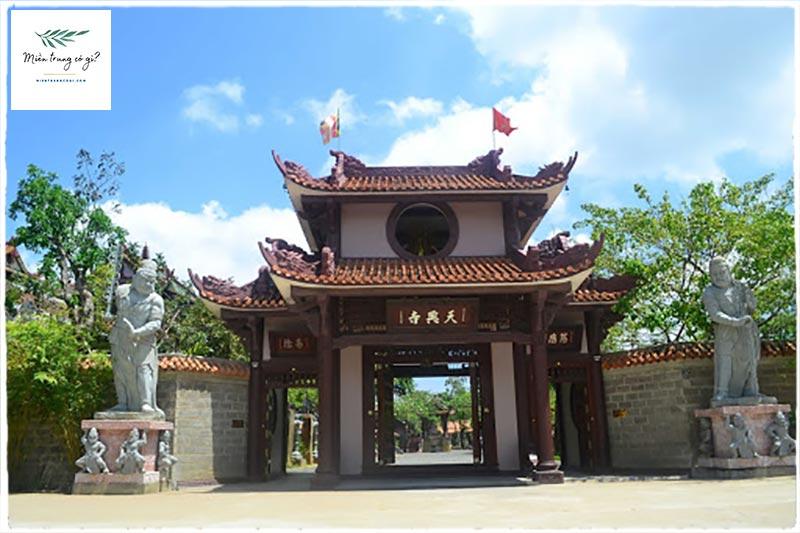 cổng chính bước vào chùa