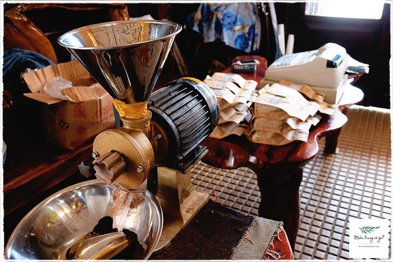 máy pha cà phê cổ tại nhà ga